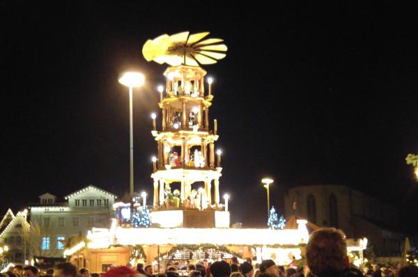n kitschiges weihnachtsmarktbild mit ner riesigen pyramide muss einfach auch sein
