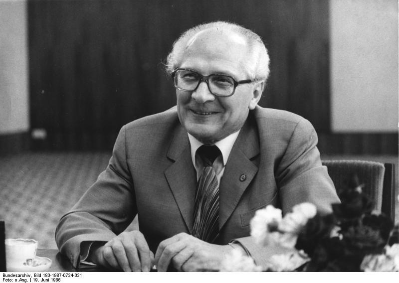"""ADN-ZB/24.7.87/Berlin: Der Generalsekretär des ZK der SED und Vorsitzende des Staatsrates der DDR, Erich Honecker, während eines Interviews für die schwedische Tageszeitung """"Dagens Nyheter"""" am 19.6.1986"""