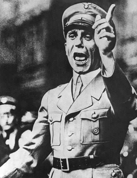 """Das undatierte Archivbild zeigt Joseph Goebbels während einer Rede. Der Propagandaminister Hitlers wurde vor 100 Jahren, am 29. Oktober 1897, geboren. Im Februar 1943 rief er in seiner berüchtigten Rede im Berliner Sportpalast zum """"totalen Krieg"""" auf. Kurz vor der Kapitulation tötete er seine sechs Kinder, seine Frau Magda und sich selbst durch Pistole und Gift. Die Leichen wurden von seinem Adjutanten im Garten der Berliner Reichskanzlei mit Benzin übergossen und verbrannt, konnten von den Sowjets jedoch identifiziert werden. dpa nur s/w (zu dpa-Feature: """"Die mörderische Macht der Medien - Goebbels vor 100 Jahren geboren"""" vom 27.10.1997) Im Februar 1943 rief Joseph Goebbels (undatiertes Bild) in seiner berüchtigten Rede im Berliner Sportpalast zum """"totalen Krieg"""" auf."""